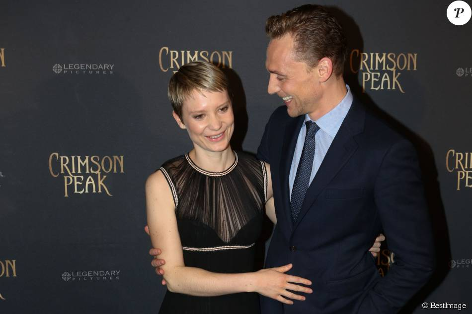 """Mia Wasikowska, Tom Hiddleston - Photocall lors de l'avant-première du film """"Crimson Peak"""" au cinéma UGC Bercy à Paris, le 28 septembre 2015."""