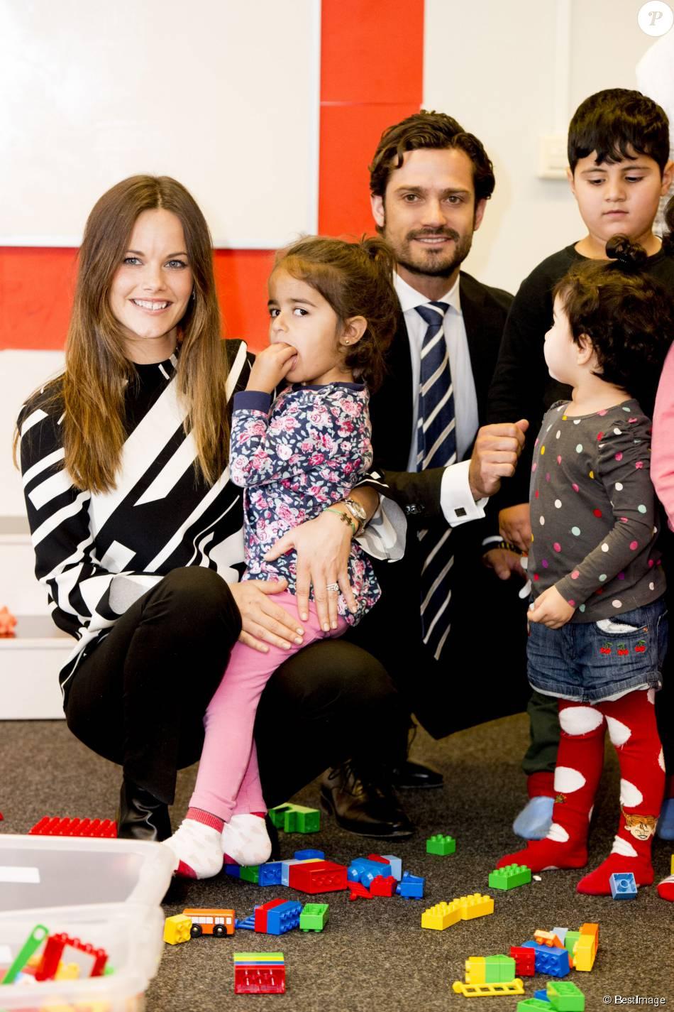Le prince Carl Philip et la princesse Sofia de Suède, en visite dans la province de Dalarna dont est originaire la princesse, se sont notamment attardés le 5 octobre 2015 auprès d'enfants de réfugiés au foyer Welcome Sopranen de Borlänge.