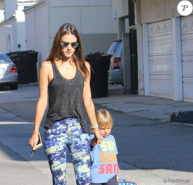 Alessandra Ambrosio et son fils Noah se promènent dans la rue à Santa Monica, le 13 octobre 2015.