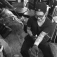 Ireland Baldwin s'est amusée à tatouer son tatoueur Jon Boy sur le bras / photo postée sur Instagram.