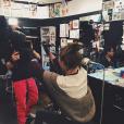 Ireland Baldwin s'est amusée à tatouer les initiales de Los Angeles sur le bras de son tatoueur Jon Boy / photo postée sur Instagram.