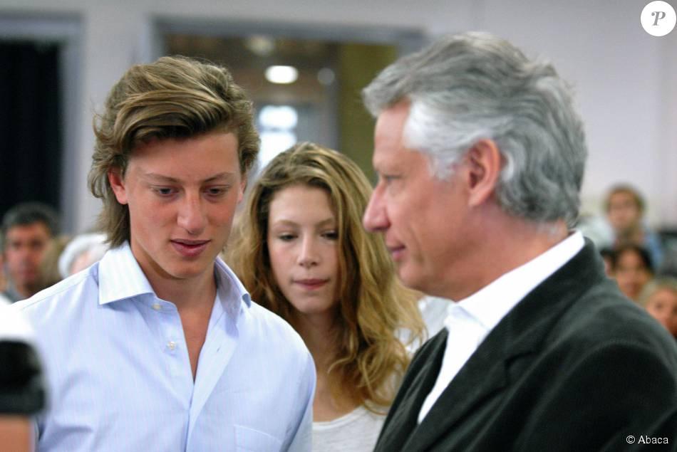 dominique de villepin votent avec ses enfants marie et arthur de villepin   u00e0 paris  le 22 avril