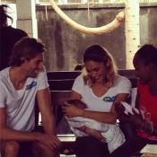 Camille Lacourt et Valérie Bègue : Couple ému en Afrique, au milieu des enfants