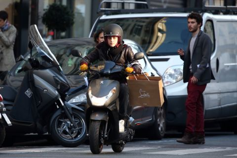 Kristen Stewart en tournage à Paris : En scooter et pas sereine