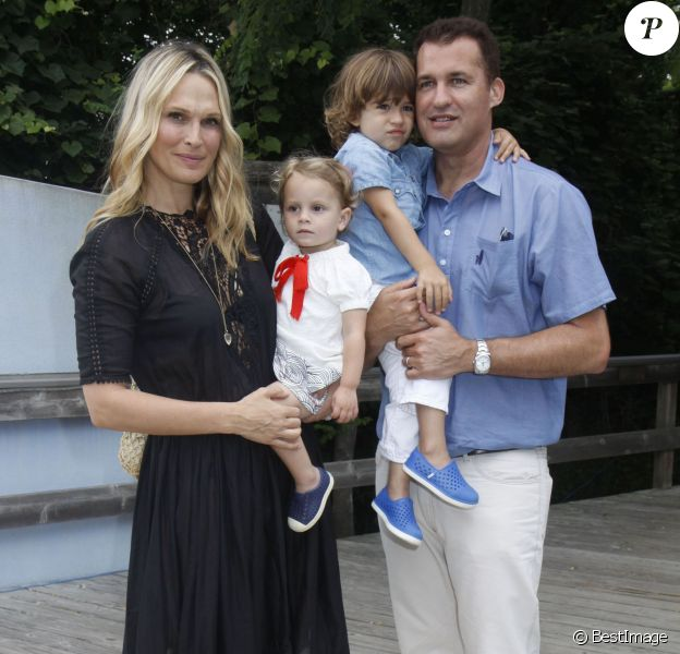 Molly Sims, son mari Scott Stuber et leurs enfants Scarlett May Stuber et Brooks Alan Stuber à la 7ème journée annuelle de « The Children's Museum of the East End's «  à New York, le 18 juillet 2015  Celebrities at The Children's Museum of the East End's (CMEE) 7th Annual Family Fair in Bridgehampton, New York on July 18, 2015.18/07/2015 - New York