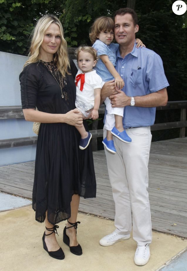 Molly Sims, son mari Scott Stuber et leurs enfants Scarlett May Stuber et Brooks Alan Stuber à la 7ème journée annuelle de «The Children's Museum of the East End's « à New York, le 18 juillet 2015  Celebrities at The Children's Museum of the East End's (CMEE) 7th Annual Family Fair in Bridgehampton, New York on July 18, 2015.18/07/2015 - New York