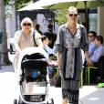 Molly Sims se promène avec sa mère Dottie et sa fille Scarlett à Los Angeles, le 11 mai 2015.  Please Hide Children's face Prior to the Publication Molly Sims is spotted out and about with her newborn daughter Scarlett on May 11, 2015 in Los Angeles, California11/05/2015 - Los Angeles