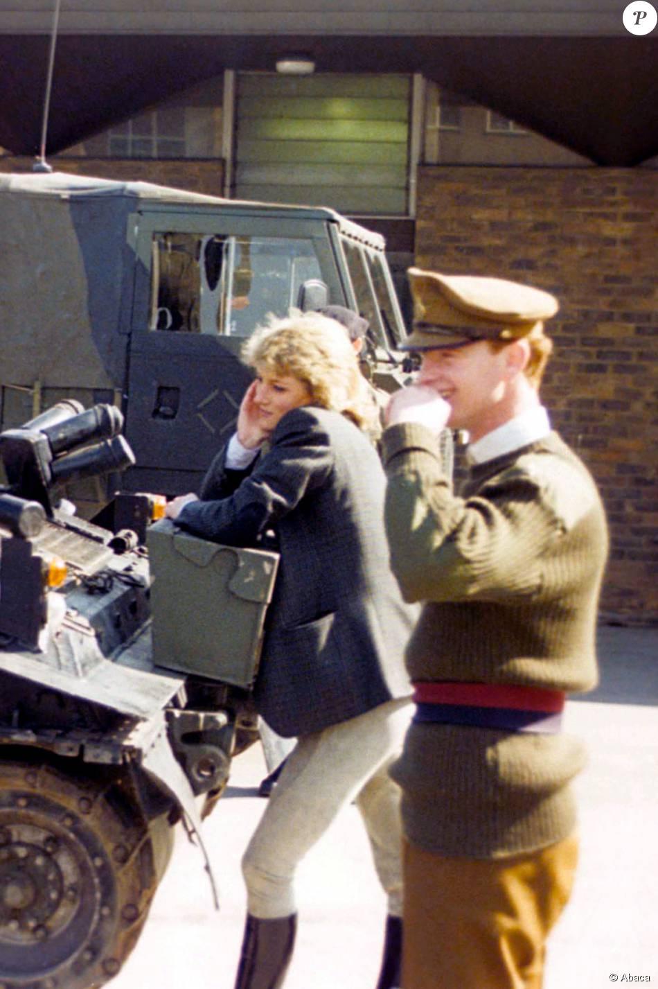 Lady Di et le major James Hewitt, qui ont vécu une histoire d'amour de la fin des années 1980 au début des années 1990, dans une base militaire britannique.