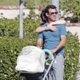 Exclusif - Les jeunes parents Zooey Deschanel et son mari Jacob Pechenik se promènent avec leur fille Elsie Otter à Los Angeles, le 12 novembre 2015 © CPA/Bestimage