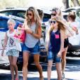 Denise Richards avec ses filles Sam, Lola et Eloise au Farmers Market de Beverly Hills, le 16 août 2014