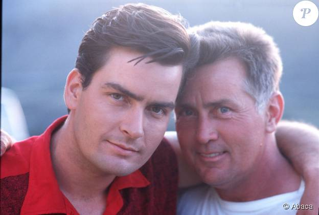 Charlie Sheen et son père Martin Sheen à Los Angeles, le 18 mai 1985.