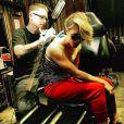 Kaley Cuoco se fait enlever son tatouage qui rappelait la date de mariage avec son ex Ryan Sweeting / photo postée sur Instagram, le 25 novembre 2015.