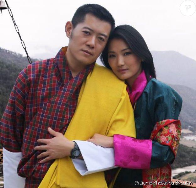 Le roi Jigme Khesar du Bhoutan et la reine Jetsun Pema (image de leur calendrier 2015), mariés depuis 2011, ont annoncé en novembre 2015 attendre leur premier enfant, un garçon.