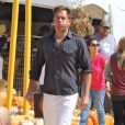 """Michael Weatherly légèrement exaspéré chez Mr. Bones Pumpkin Patch à West Hollywood, le 12 octobre 2014 pour préparer Halloween"""