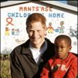 Le prince Harry avec Mutsu Potsane, alors âgé de 6 ans, en avril 2006 au foyer pour enfants Mants'ase au Lesotho.