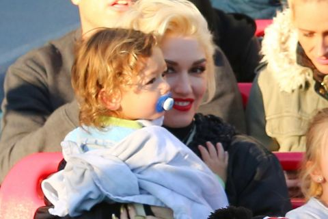 Gwen Stefani radieuse avec le petit Apollo, en famille à Disney