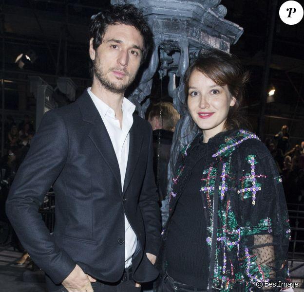 Jérémie Elkaïm et sa compagne Anaïs Demoustier (enceinte) - Front row lors de la présentation de la collection Chanel Métiers d'Art Paris-Rome aux studios Cinecitta à Rome, le 1er décembre 2015.