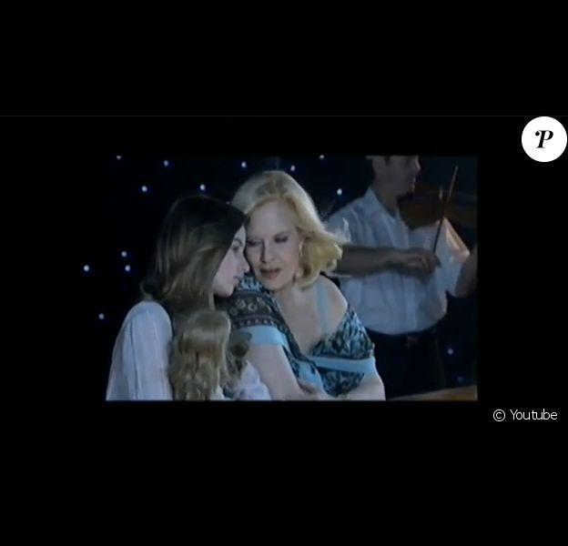"""Sylvie Vartan partage un duo avec sa fille adoptive Darina lors d'un émission de télévision intitulée """"Tout le monde l'appelle Sylvie"""" sur France 3 en septembre 2010."""
