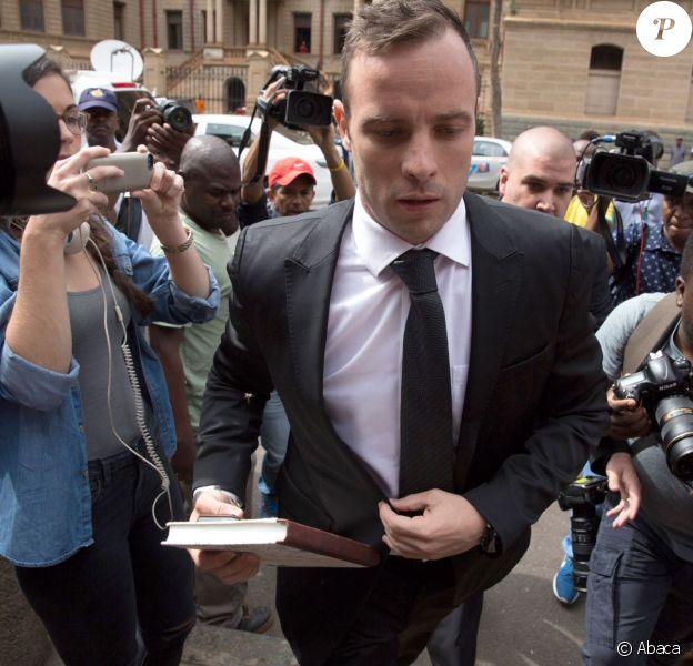 Oscar Pistorius lors de son arrivée à la Haute Cour de Pretoria où il a demandé sa mise en liberté sous caution, le 8 décembre 2015