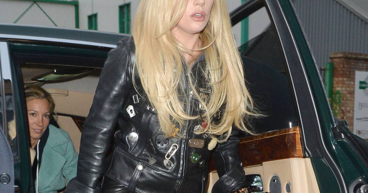 la chanteuse lady gaga sort d 39 une voiture londres le 23 novembre 2015 cpa purepeople. Black Bedroom Furniture Sets. Home Design Ideas