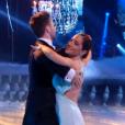 """Fabienne Carat et son partenaire, dans """" Danse avec les stars 6""""  sur TF1, le samedi 12 décembre 2015."""