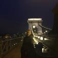 L'ancien membre du  Club Dorothée  Eric Galliano pose sur le pont des chaînes en Hongrie.