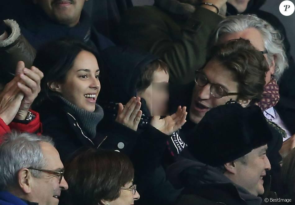 Jean Sarkozy avec sa femme Jessica et leur fils Solal au Parc des Princes à Paris le 13 janvier 2016.