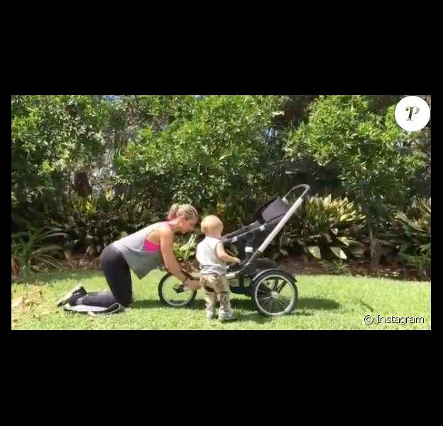 Elsa Pataky fait du sport dans son jardin avec un de ses trois enfants - janvier 2016