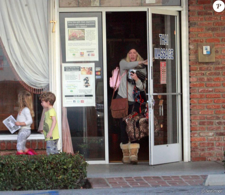 Exclusif - Tori Spelling se rend dans un salon de massage thaïlandais et emmène ses enfants Finn et Hattie avec elle à Encino, le 8 janvier 2016. Les enfants ont attendu que leur mère se fasse masser pendant 2h avant de les emmener dîner dans un restaurant chilien.