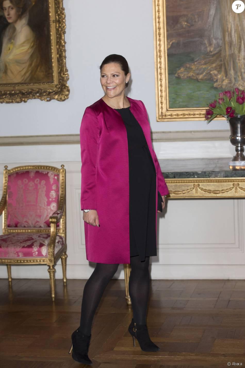 La princesse Victoria de Suède, enceinte de 7 mois, à l'inauguration de l'exposition Au fil du temps - 400 ans d'horloges royales, le 22 janvier 2016 au palais Drottningholm à Stockholm.