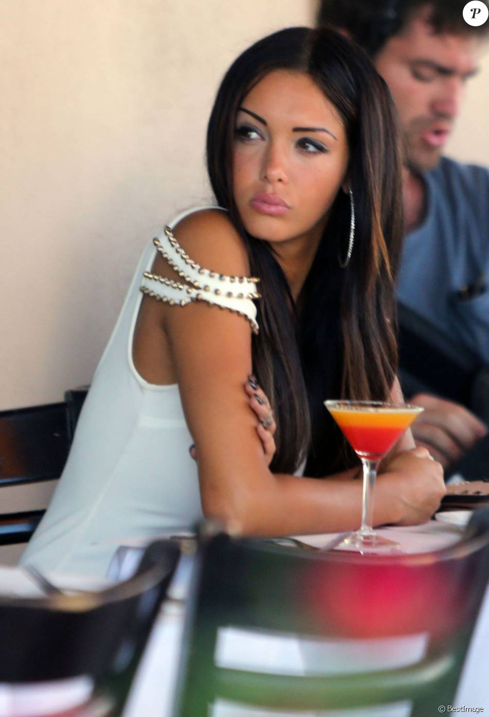 "Nabilla Benattia sur le tournage de ""Hollywood Girls"" au Cafe Med à Hollywood, le 15 aout 2013"
