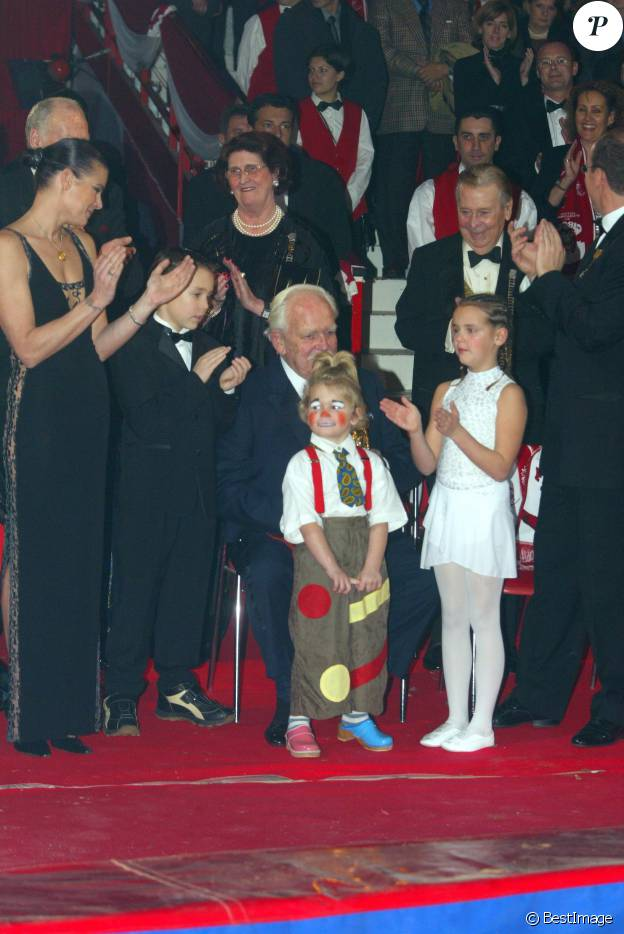 Le prince Rainier III de Monaco recevant un Clown d'or remis par Louis et Pauline Ducruet et Camille Gottlieb, les enfants de la pricnesse Stéphanie de Monaco, lors du 27e Festival international du cirque de Monte-Carlo en janvier 2003
