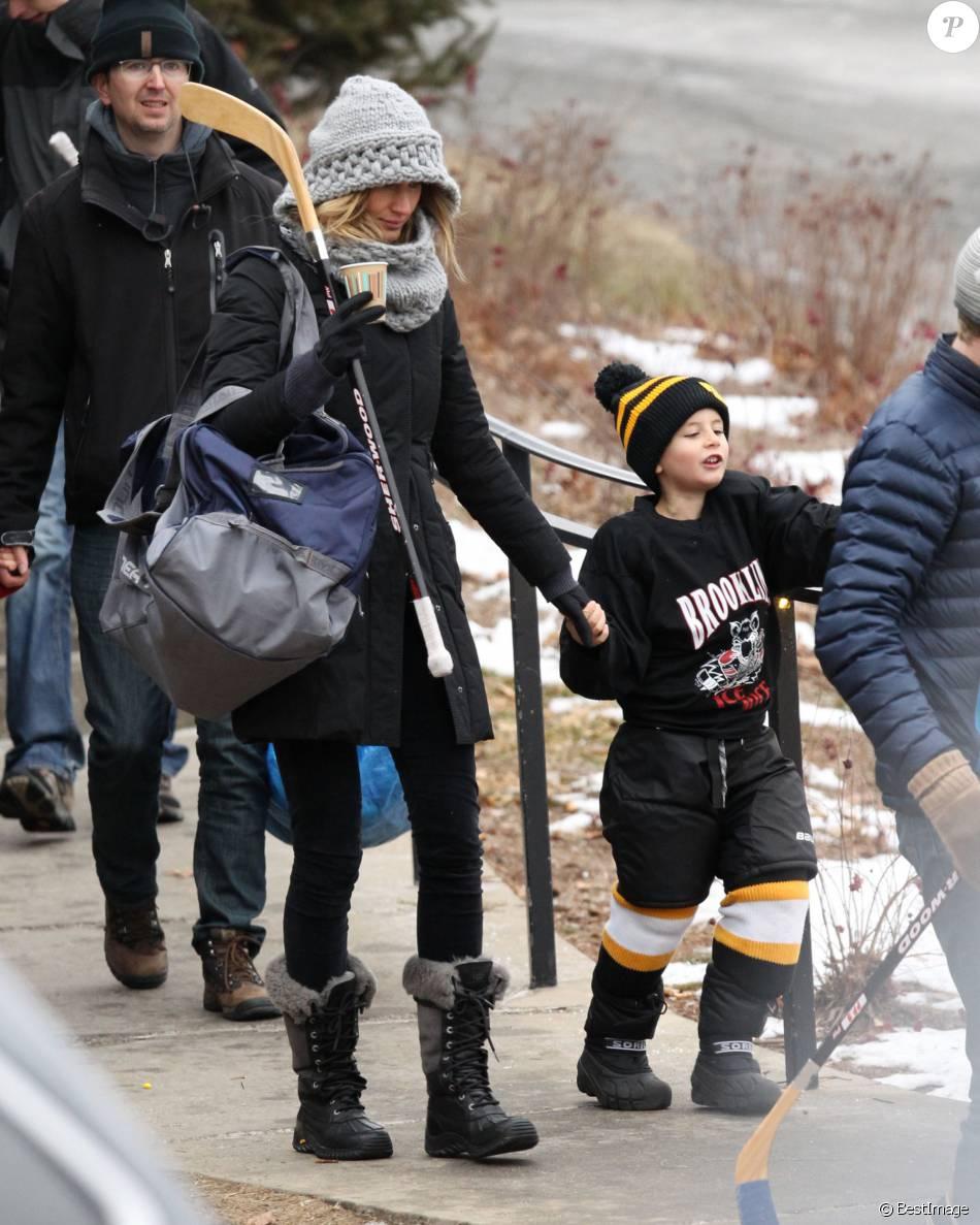 Exclusif -  Gisele Bündchen va applaudir son fils Benjamin à son match de Hockey le 23 janvier 2016 à Boston