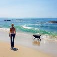 Laeticia Hallyday en balade avec son chien Santos à Los Angeles, janvier 2016.