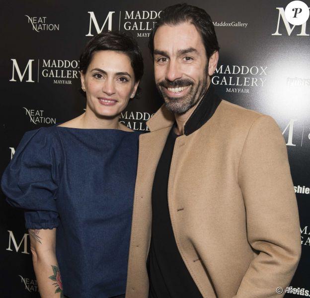 """Robert Pirès et son épouse Jessica Lemarié Pirès assistent au vernissage de l'exposition """"Decadence"""" à la Maddox Gallery. Londres, le 3 février 2016."""