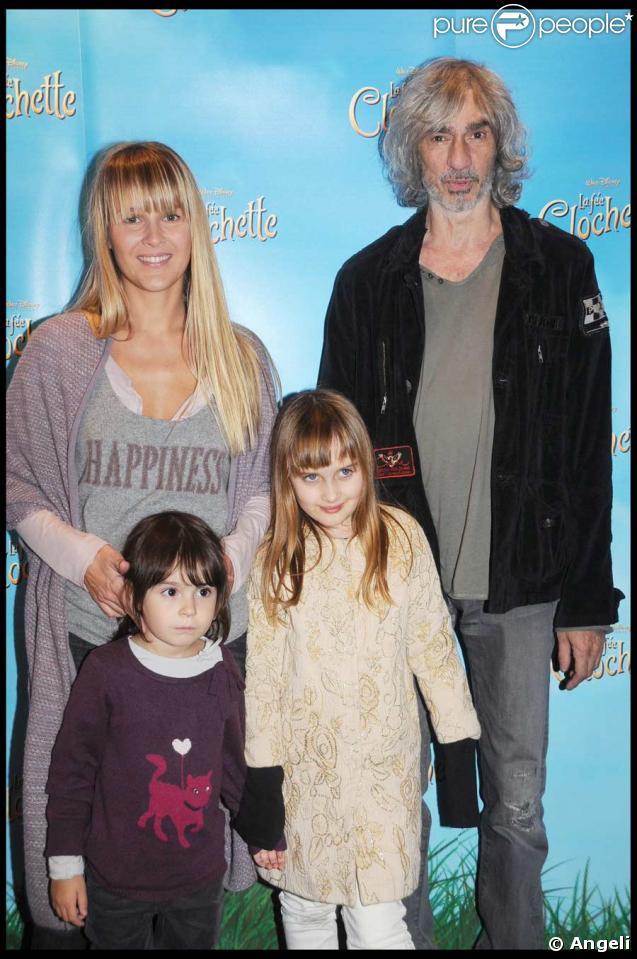 Louis Bertignac, son épouse Julie, leur fille Lola (à droite) et… une autre demoiselle