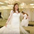 """""""Caitlyn Jenner essaie une robe de mariée. Image extraite d'une vidéo Youtube publiée le 25 février 2016."""""""