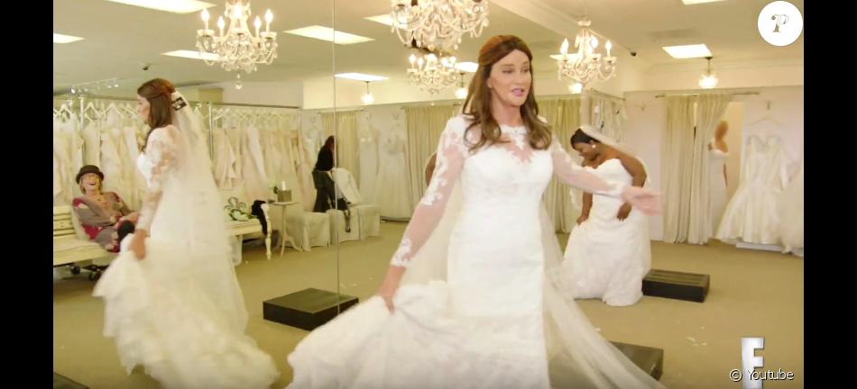 a71bd0580da Caitlyn Jenner essaie une robe de mariée. Image extraite d une vidéo Youtube  publiée le 25 février 2016.