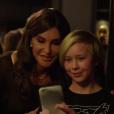 Caitlyn Jenner prend un selfie avec un jeune garçon. Image extraite d'une vidéo Youtube publiée le 25 février 2016.