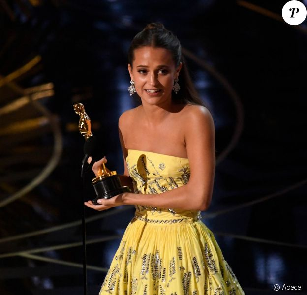 Alicia Vikander reçoit l'Oscar du meilleur second rôle féminin pour The Danish Girlà Los Angeles le 28 février 2016.