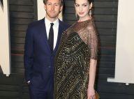 Anne Hathaway, enceinte, avec son amoureux : Son baby bump est étincelant
