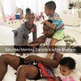 Chris Bosh et sa femme Adrienne (photo Instagram) sont devenus le 15 mars 2016 parents de jumeaux, Lennox et Phoenix, qui rejoignent leur grande demi-soeur Trinity (6 ans), leur frère Jackson et leur soeur Dylan Skye. Ici en train de chahuter avec leur papa quelques jours avant la naissance des jumeaux.