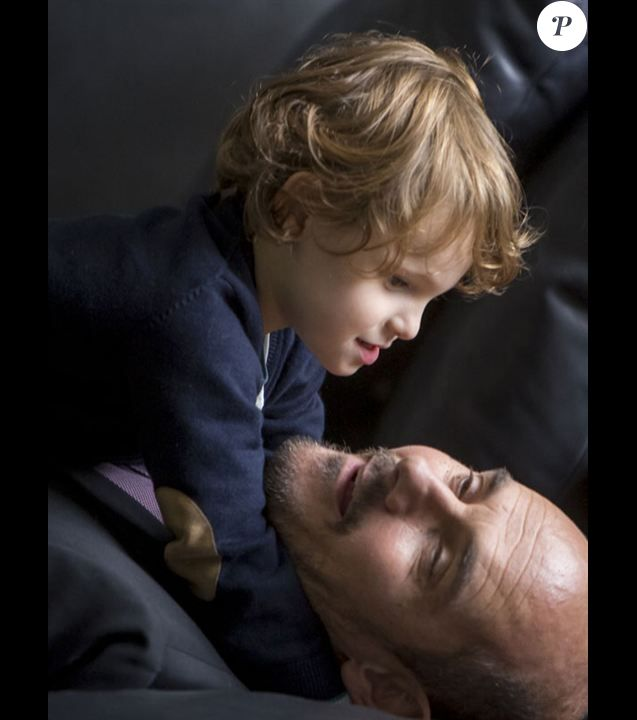 Bernard Campan face à Côme, le jeune garçon autiste et héros du téléfilm Presque comme les autres