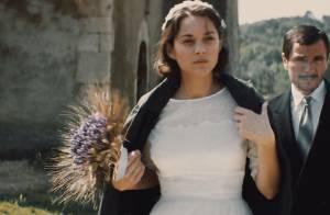 Marion Cotillard en robe de mariée face à son