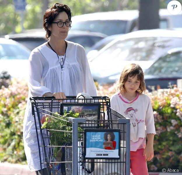 Carrie-Anne Moss avec sa fille Frances à Malibu, Los Angeles, le 3 avril 2016.