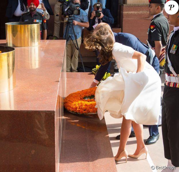 Kate Middleton, obligée de maintenir sa robe Emilia Wickstead, et le prince William déposant une gerbe au pied de la Porte de l'Inde, le monument aux morts à New Delhi, le 11 avril 2016 au deuxième jour de leur tournée officielle en Inde.