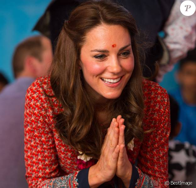 Kate Middleton (en robe Glamourous) a rencontré avec le prince William des membres de l'association Salaam Baalak et des enfants bénéficiaires de l'action de l'organisme le 12 avril 2016 à New Delhi, au troisième jour de leur visite officielle en Inde.