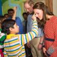 Kate Middleton s'est fait apposer le bindi lors de leur rencontre, avec William, avec les membres de l'association Salaam Baalak et des enfants bénéficiaires de l'action de l'organisme le 12 avril 2016 à New Delhi, au troisième jour de leur visite officielle en Inde.