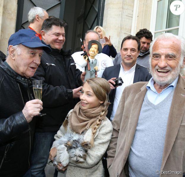 """Exclusif - L'acteur Jean-Paul Belmondo à fêté son anniversaire (83 ans) avec ses fans dans la cour de son immeuble de la rue des Saint-Père à Paris (comme tous les ans ses fans viennent lui offrir un cadeau à son domicile). Étaient présents sa fille Stella, son ex-femme Natty, son ami cascadeur Rémy Julienne. Il a eu le droit à un magnifique gâteau créé pour cette occasion par le pâtissier-chocolatier Eric Thévenot qui à choisi le thème d'un des film de Jean-Paul """"L'As des As"""". © Bestimage"""