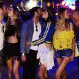 Photo d'Alessandra Ambrosio, son fiancé Jamie Mazur et deux couples d'amis au week-end d'ouverture du festival Coachella. Indio, avril 2016.
